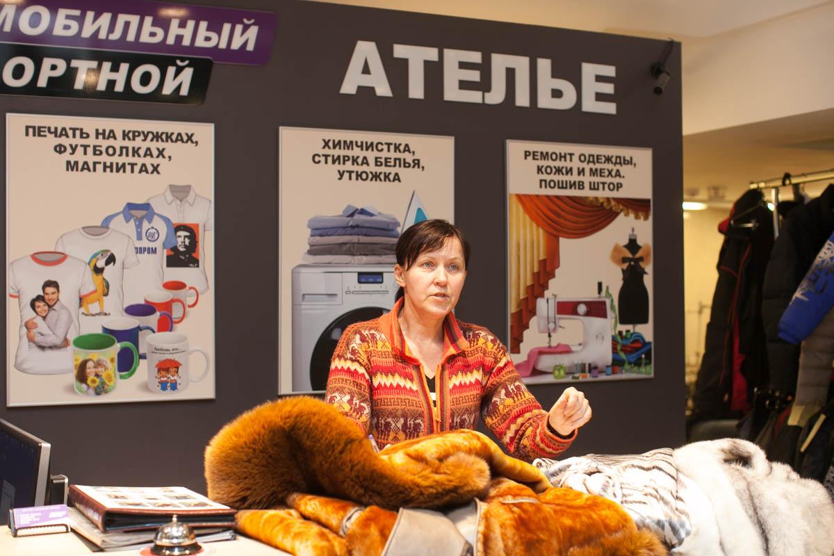 Ольга, мастер по меху , общается с клиентами.
